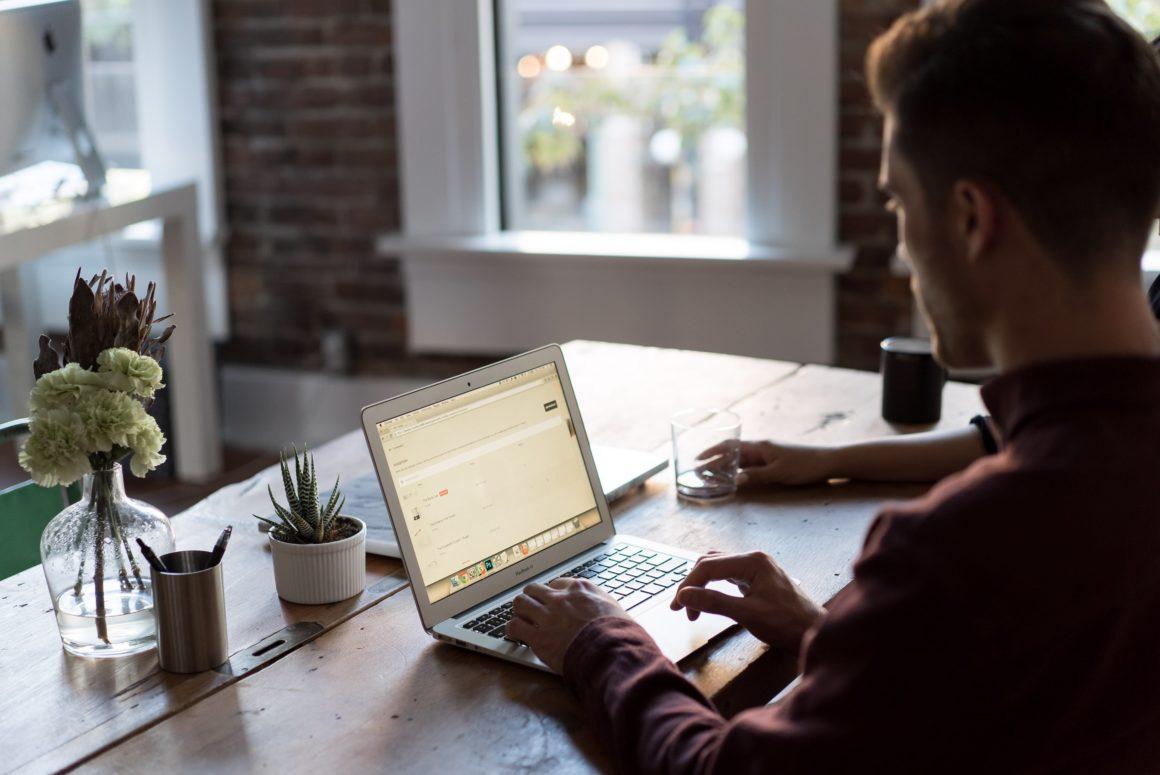 Cyfrowe zmęczenie oczu coraz częściej dotyka użytkowników komputera